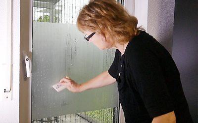Wie Sie Fenster-Folien und Aufkleber blasenfrei verkleben