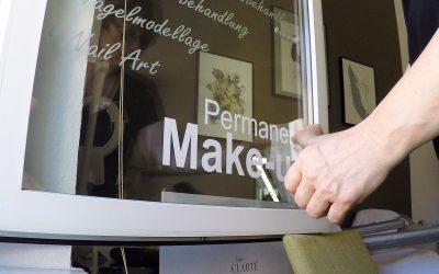 Wie Sie Klebeschriften und Buchstaben ganz einfach verkleben