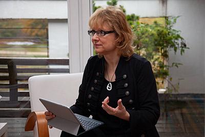 Kerstin Brückner beim Erklären wie Marketing funktioniert