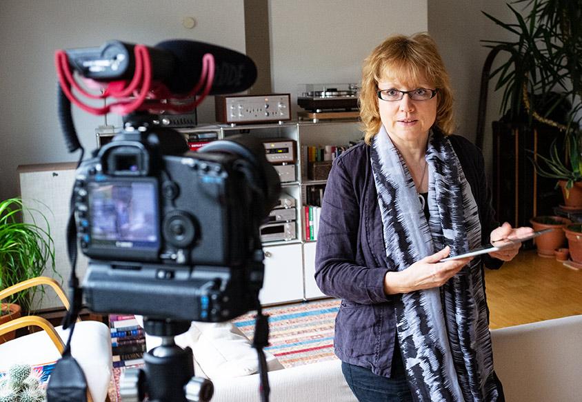Kerstin Brückner vor der Kamera beim Aufnehmen eines Youtube Videos