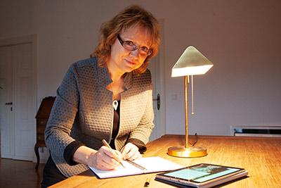 Kerstin Brückner beim Entwerfen von Newslettern